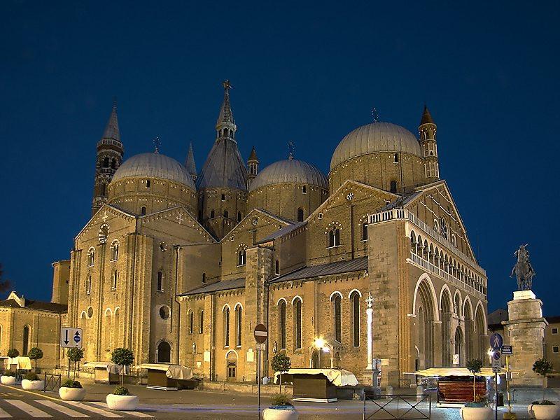 Foto noturna da Basilica de Santo Antonio em Padova