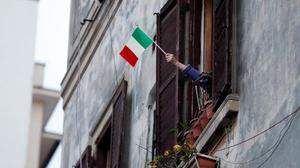 bandeira italiana sendo agitada em uma janela