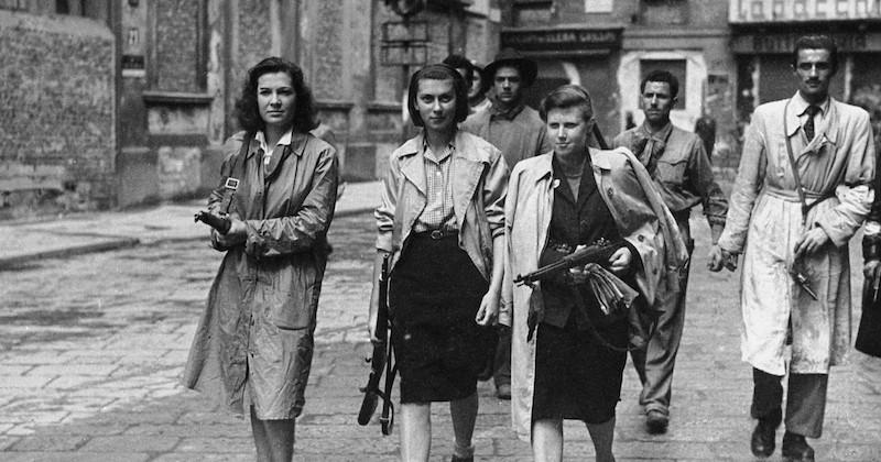 Mulheres com armas no ano de 1945 contra as tropas nazifascistas
