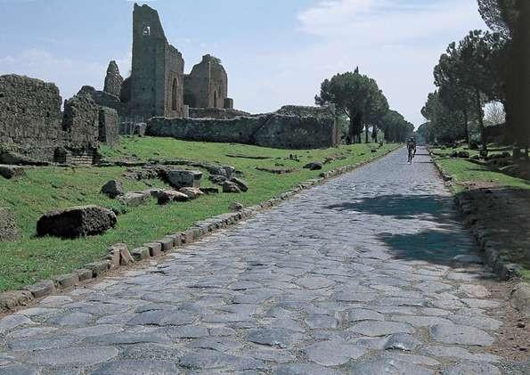 ruinas de um castelo, em primeiro plano ha uma estrada de pedras