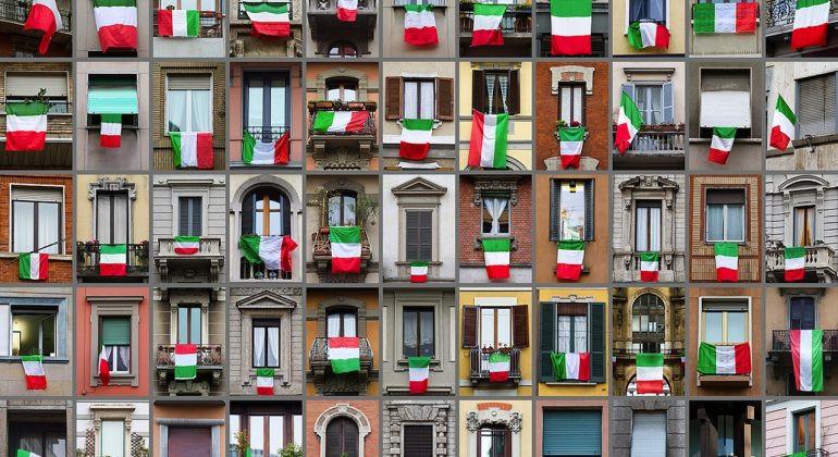 janelas italianas com bandeiras da Italia expostas