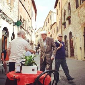 Dois homens conversando na Itália