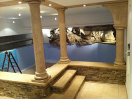 Künstliche_Säulen_und_Felsen_an_Indoor_Pool.jpg