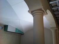 Säulen_und_Gewölbe_im_Weinkeller.jpg