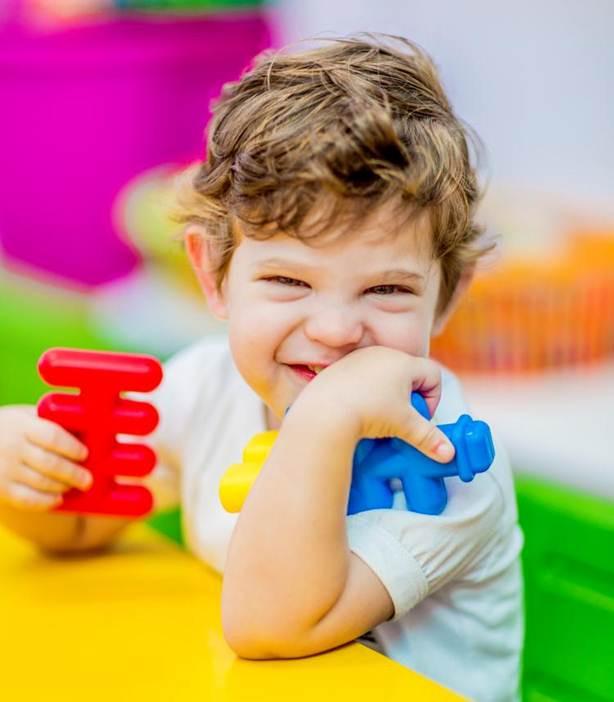 niño_jugando_salon_2.jpg