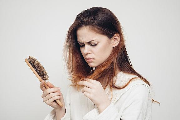 נשירת שיער – סיבות ומה עושים