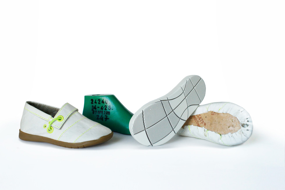 Often, due to the toddle's uneven foot growth, first step shoes have a wrong fitting, leading to anatomic deformities and health complications. The cuttings on the sole are both a decorative element and an ergonomic one. Therefore, the outsole stretches to adapt to the toddler's foot, giving the perfect fit.