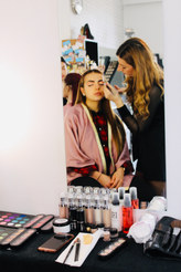 Notre élève suivant la formation Global Beauty se fait maquillager pour halloween