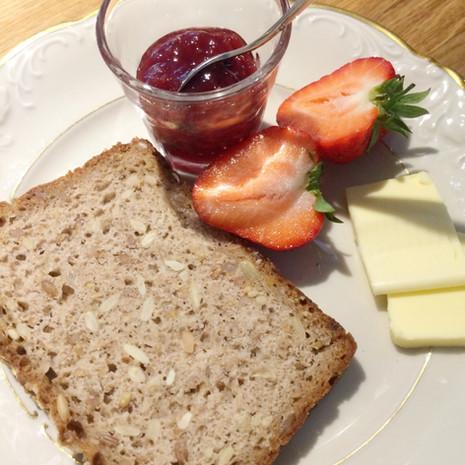 Frühstück mit hausgemachten Roggenbrot