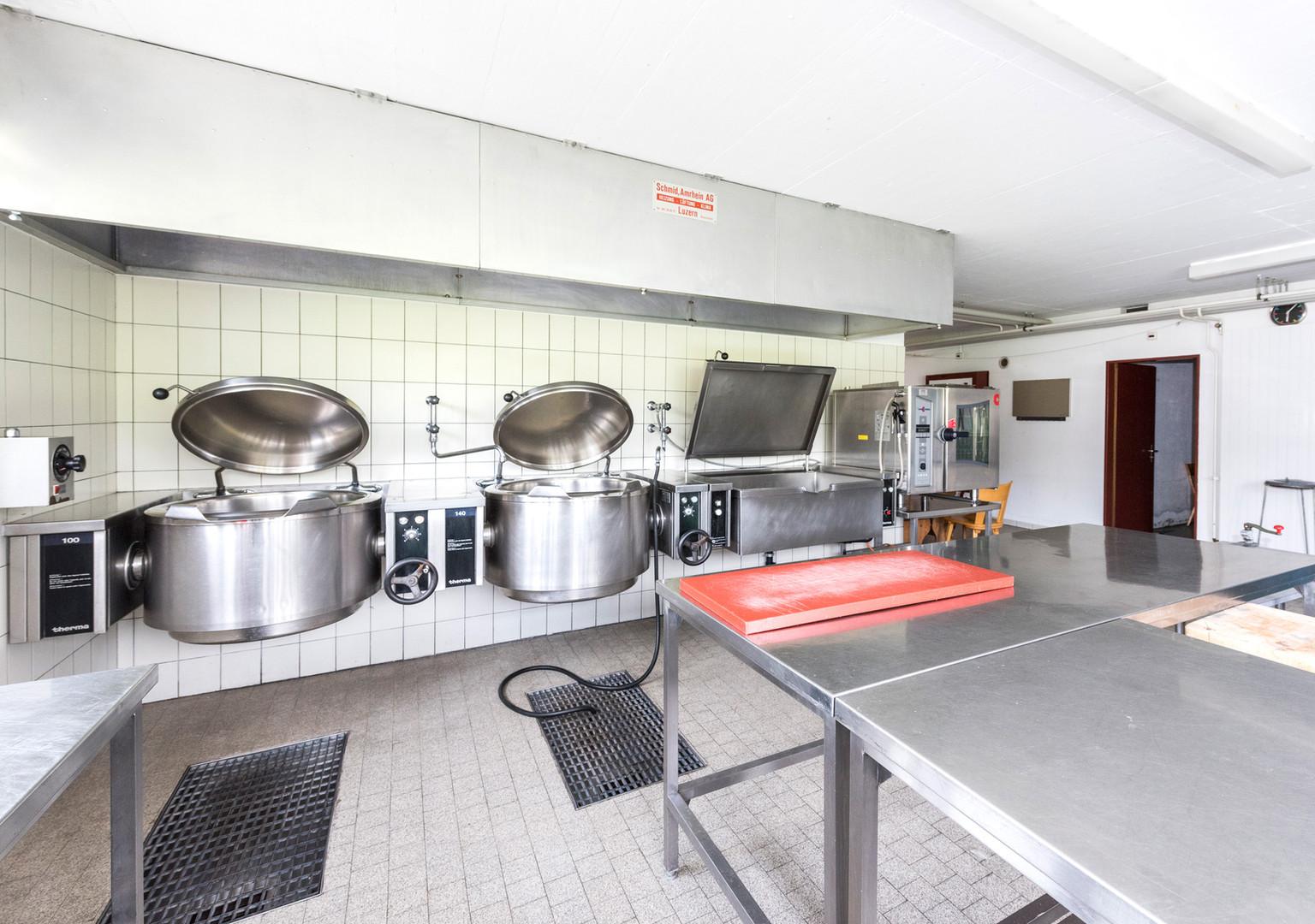 Küche mit Kippkochkessel und Kippkochtöpfen