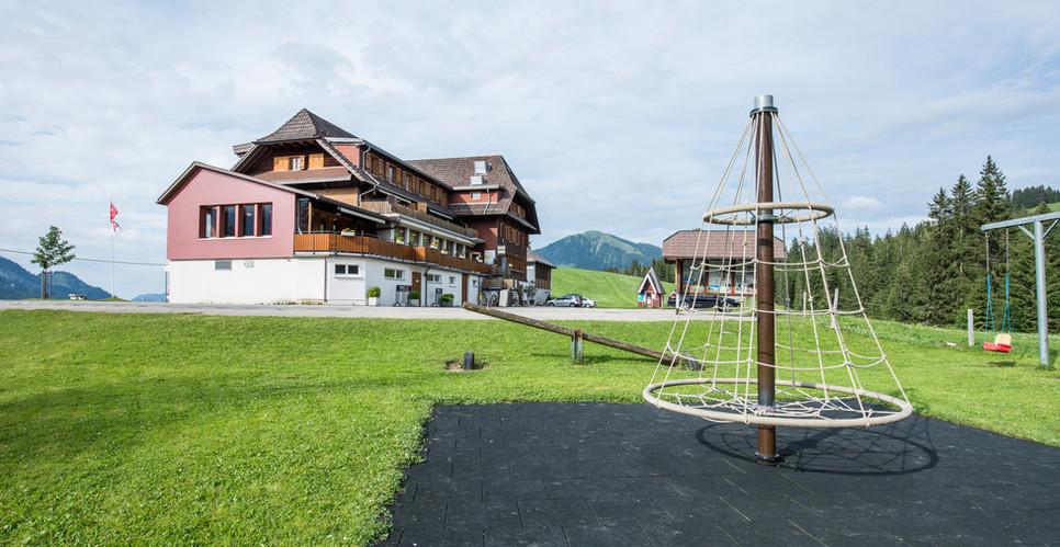 Spielplatz mit Aussicht auf den Kanton Luzern