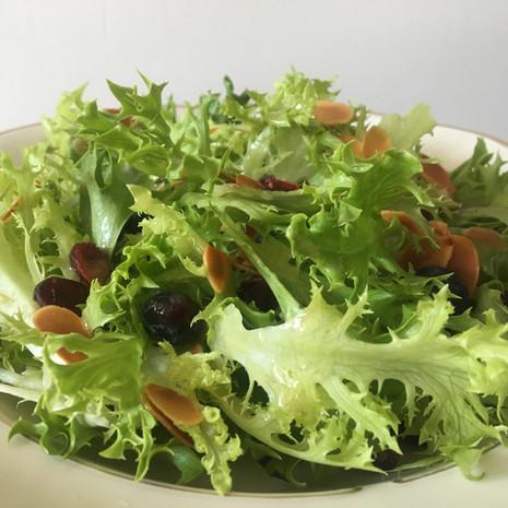 grüner Salat dekoriert