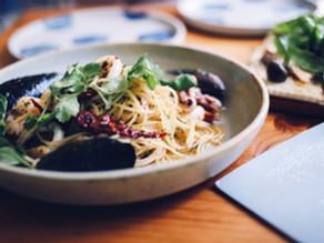 Spaghetti com tomate seco e manjericão