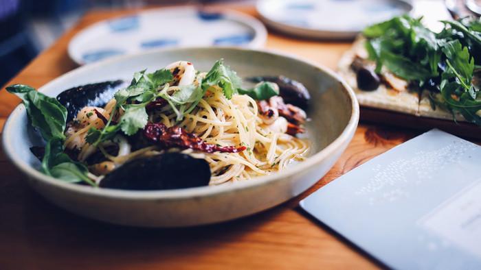 Spaghetti con cozze, calamari e pomodori secchi