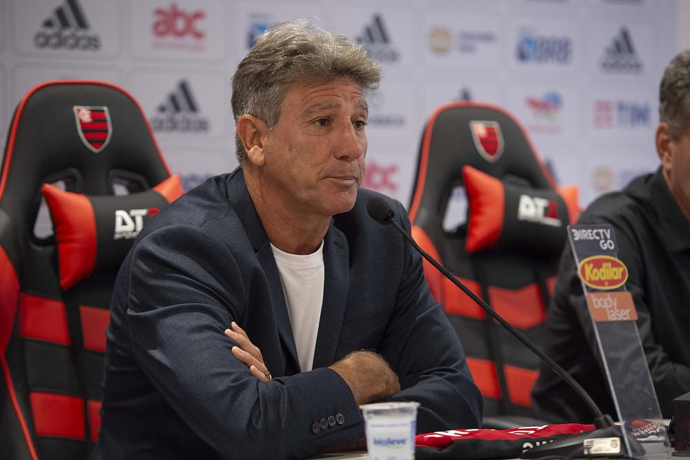 Renato Gaúcho concede entrevista para repórteres
