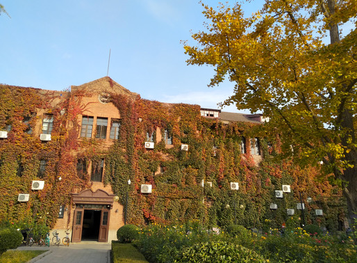 Beautiful Tsinghua: The journalism building is a canvas of seasonal colors
