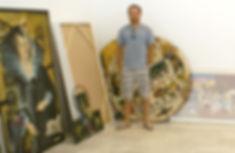 Julio Hübner entre algumas obras de Miguel Gontijo