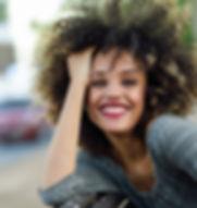 Belle fille avec Afro