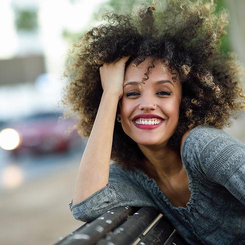 Schöne Mädchen mit Afro
