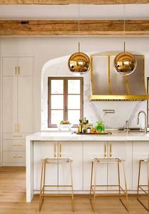 Interiér kuchyne so zlatými kontrastami (zdroj:. byvaniehrou.sk)