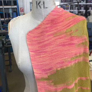 Knitted garment using tie-dyed yarn