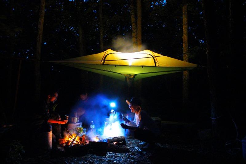 空中テントと夜