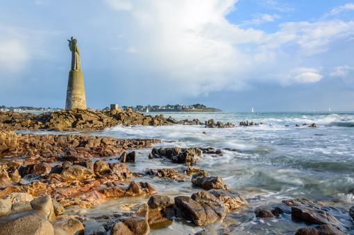 La statue N.D. de Kerdro à l'entrée du Golfe du Morbihan