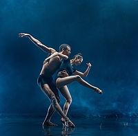 The couple of ballet dancers dancing und