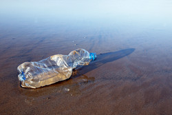 Bottiglia di plastica usata sulla spiagg