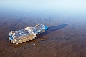 Bouteille en plastique usagée sur la plage - Apothicaire-store - Céramique EM