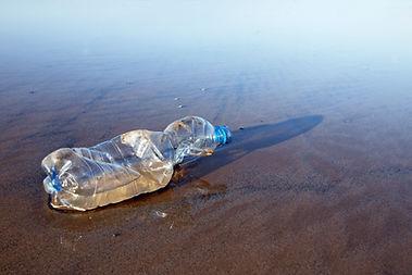 해변에있는 플라스틱 병 사용
