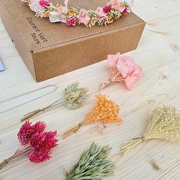 box-diy-couronne-de-tête-fleurs-séchées-colorée_edited.jpg