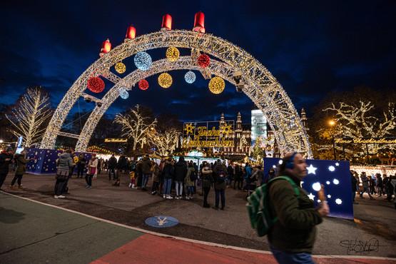 Christmas market at Rathausplatz - Main Entrance