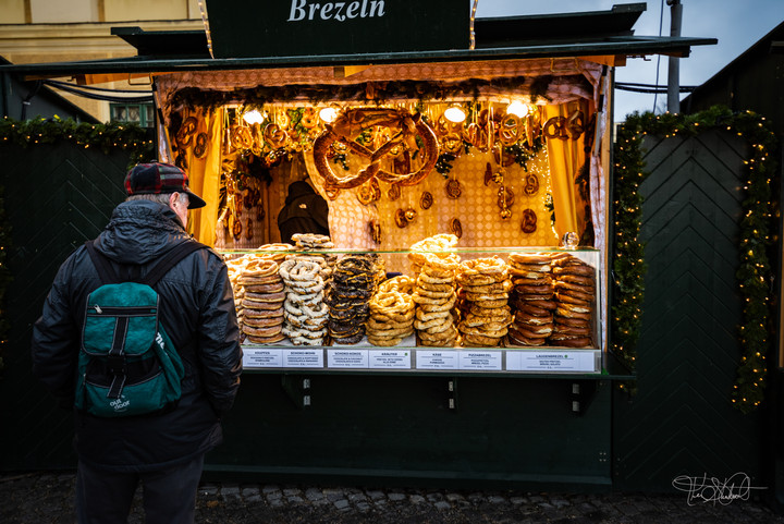 Schönbrunn Palace - Christmas Market-Preztels