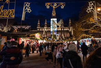 Christmas market at Rathausplatz - Main Aisle