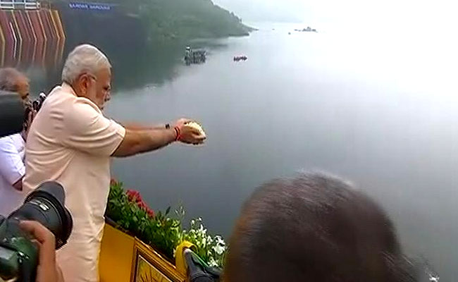 PM Modi inaugrating dam