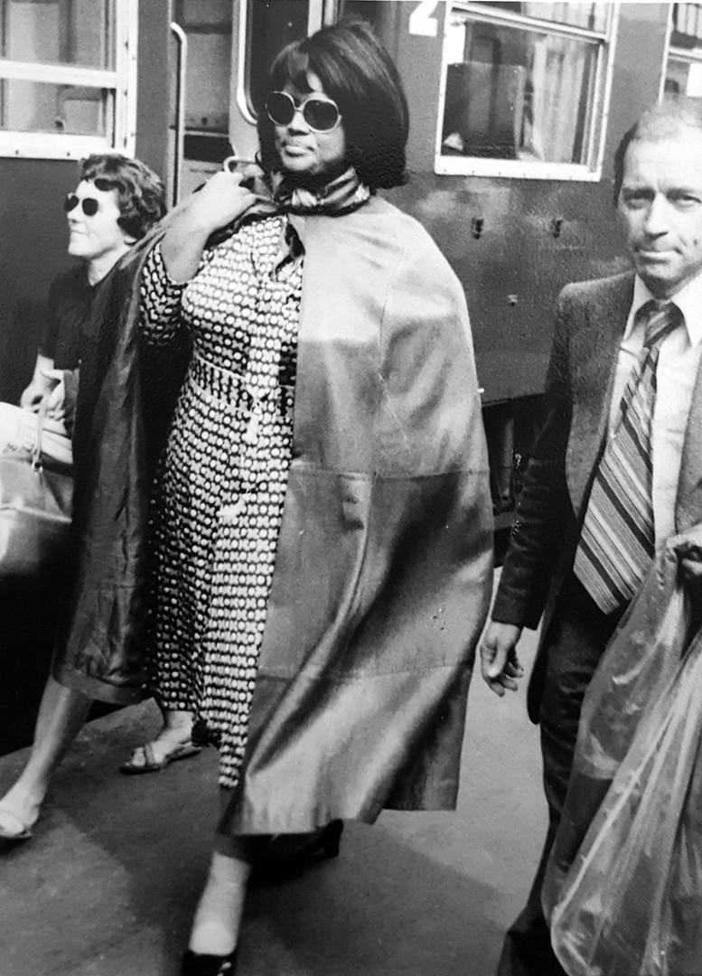 Jessie Norman arrivant en gare de Tours - 1982
