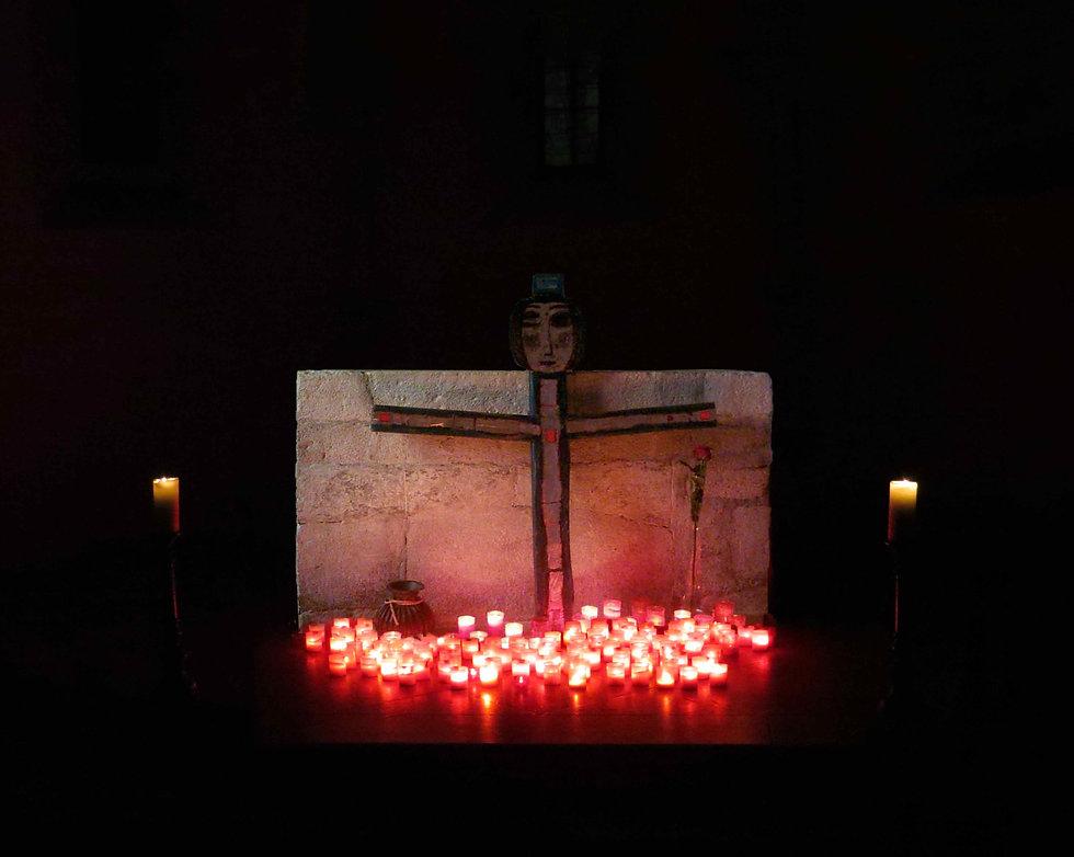 Roppolt-Kreuz-mit-Kerzen-vor-Altar++WEB.