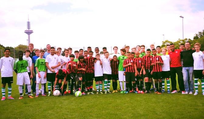 Gruppenbild vom Freundschaftsturnier mit unseren Gästen vom FC Petit Barr aus Montpellier