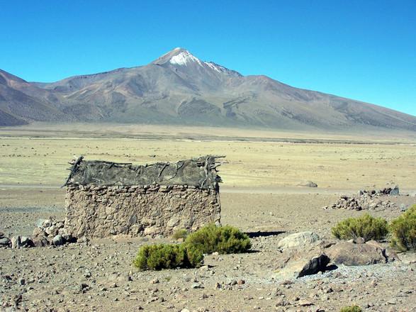 Pueblo de Mocomocone y nevado Curumay