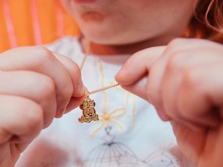 Yang Harus Diperhatikan Sebelum Membelikan Perhiasan Pertama Anak Anda