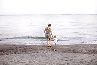 Mère et bébé sur la plage