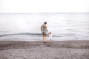 Moeder en baby op het strand