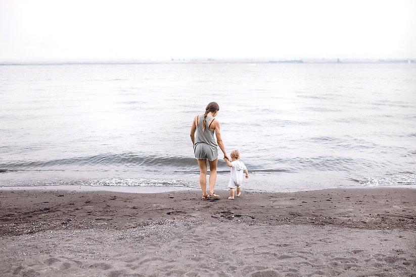 Mãe e bebê na praia