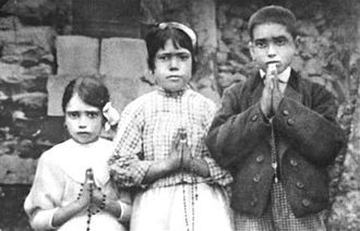 Fatima_children_with_rosaries.jpg