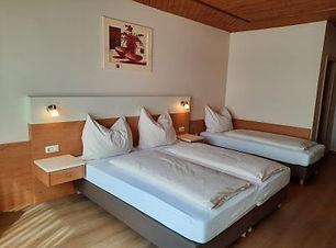3 Bett Zimmer.jpg