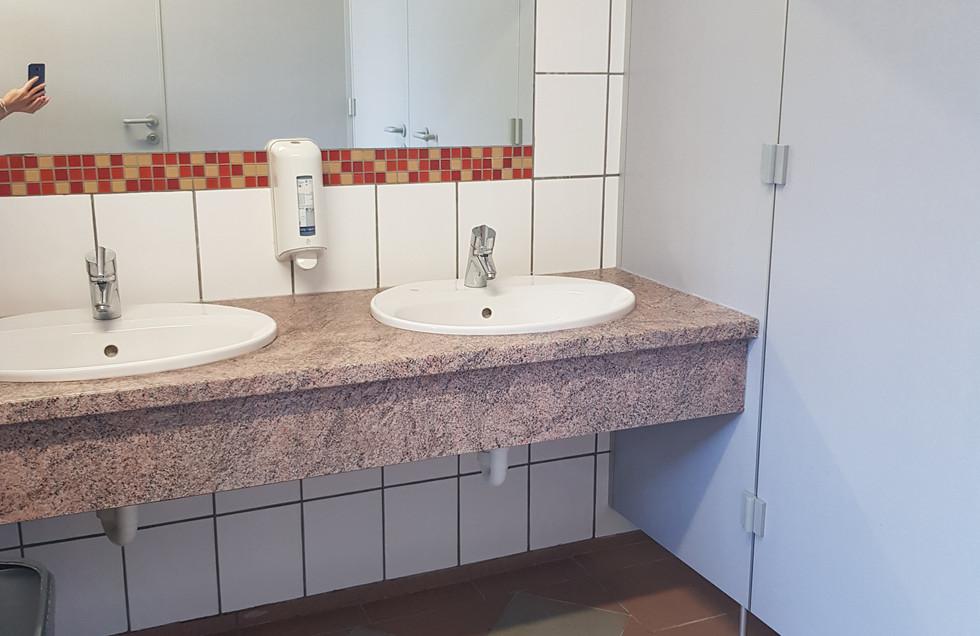 Waschraum mit Dusche