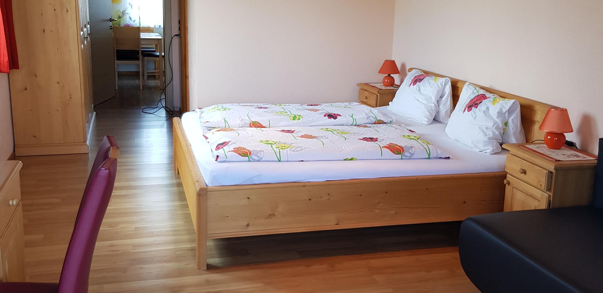 Schlafzimmer mit Perspektive in die Küche