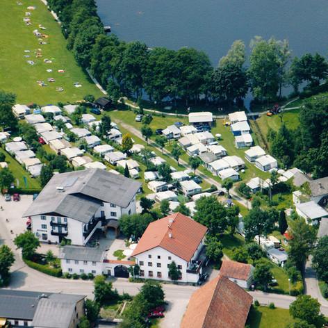 Luftaufnahme mit Seehof, Camping und See