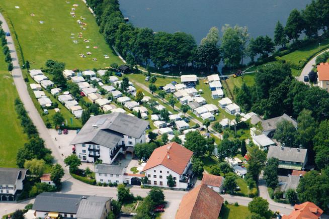 Luftaufnahme vom Seehof mit Holzöstersee